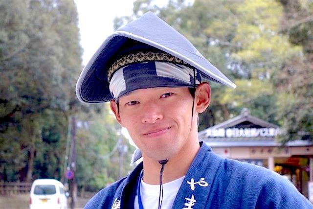 Tres beau japonais habillé en tenue traditionnel à Nara au Japon photo blog voyage tour du monde https://yoytourdumonde.fr