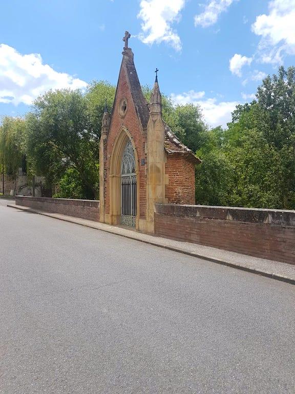 Superbe chapelle sur un pont à Rieux-Volvestre photo blog voyage tour du monde https://yoytourdumonde.fr