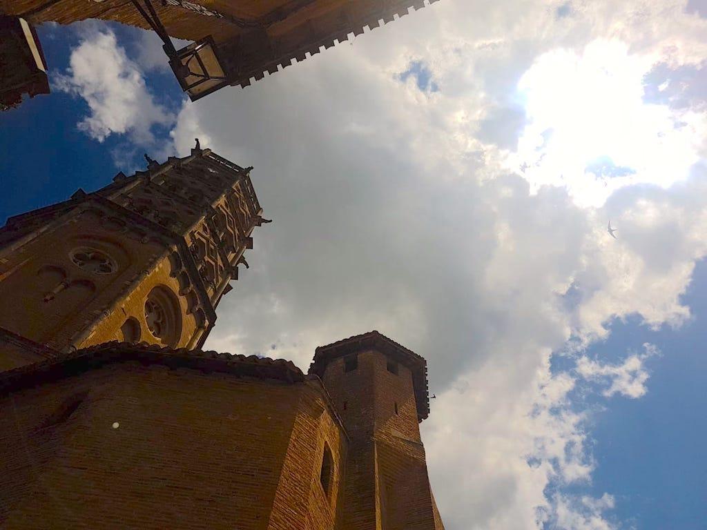 Très jolie clocher de la cathédrale Sainrte Marie à Rieux-Volvestre en Haute Garonne photo blog voyage tour du monde https://yoytourdumonde.fr