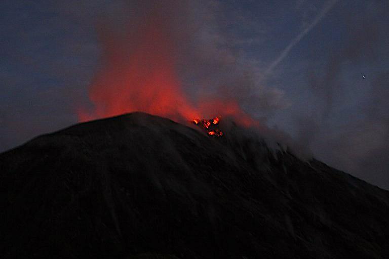 La lave sort du volcan Santiaguito après une éruption volcanique photo blog voyage tour du monde travel https://yoytourdumonde.fr