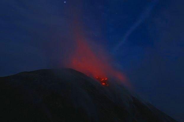 La lave sort du Volcan Santiaguito au Guatemala après une éruption volcanique. Photo blog voyage tour du monde travel https://yoytourdumonde.fr