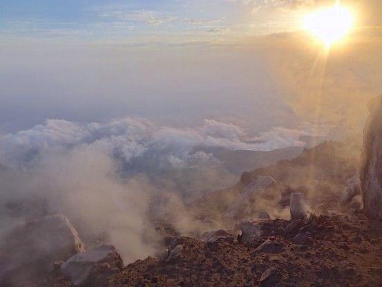 Couché de soleil depuis le Volcan Santiaguito photo blog voyage tour du monde travel https://yoytourdumonde.fr