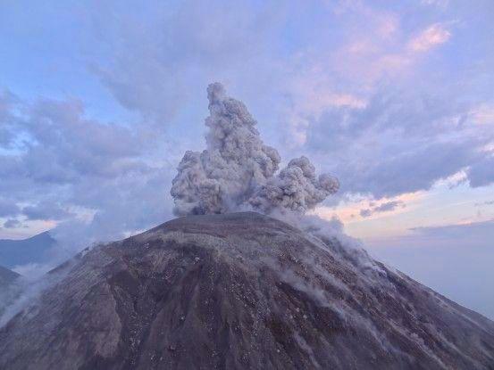 Toutes les 25 minutes le Volcan Santiaguito nous fait une superbe éruption volcanique photo blog voyage tour du monde travel https://yoytourdumonde.fr
