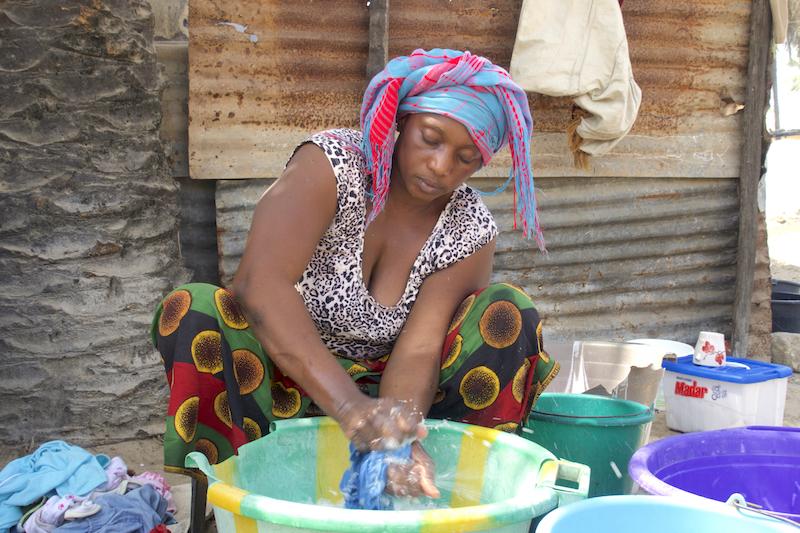La tante de Raphael lave le linge à Ziguinchor en Casamance au Sénégal photo blog voyage tour du monde https://yoytourdumonde.fr