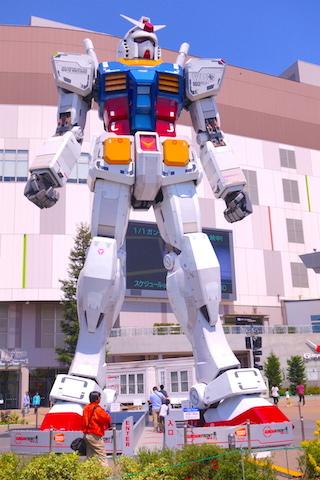 Dans le quartier Minato se trouve un musée Gundam Seed à voir. Photo blog voyage tour du monde https://yoytourdumonde.fr