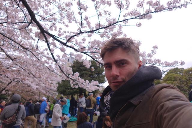 Auto portrait dans le Ueno Park de Tokyo en compagnie des cerisiers en flleurs. Photo voyage tour du monde https://yoytourdumonde.fr