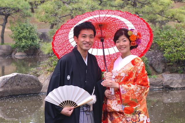 Dans les rues de Tokyo vous pouvez découvrir des futurs mariés en tenues traditionnelle. Photo blog voyage tour du monde https://yoytourdumonde.fr