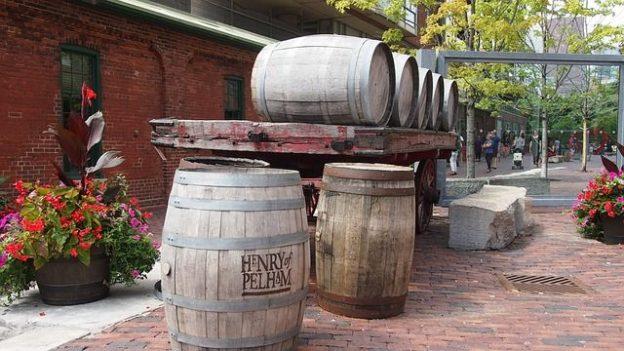 Le quartier de la distillerie de Toronto est un ancien quartier qui a parfaitement reussi se reconvertion. Un endroit tranquille pour lire un livre devant une tasse de café photo blog voyage tour du monde https://yoytourdumonde.fr