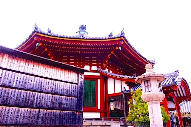Magnifique temple octogonal à Nara au Japon photo blog voyage tour du monde https://yoytourdumonde.fr