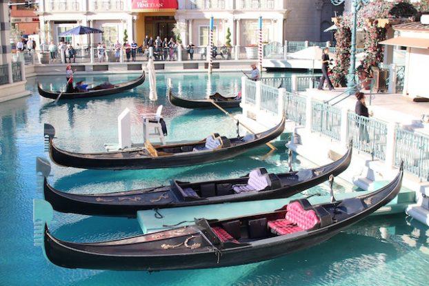 Si vous revez de Venise que vous etes à Las Vegas vous pouvez alors faire un tour du gondole en amoureux photo blog voyage tour du monde https://yoytourdumonde.fr