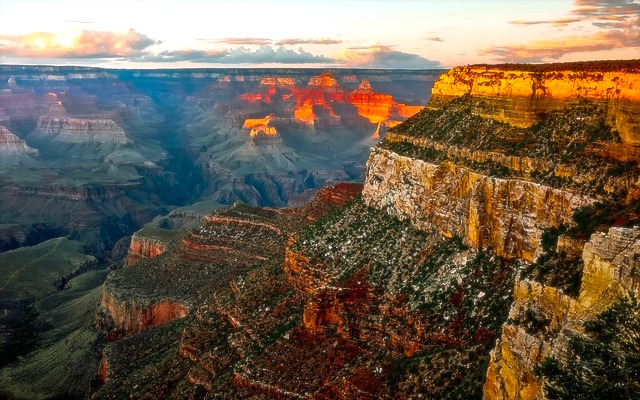 Un couché du soleil sur le Grand Canyon est toujours un moment exceptionnel. Photo blog voyage tour du monde https://yoytourdumonde.fr