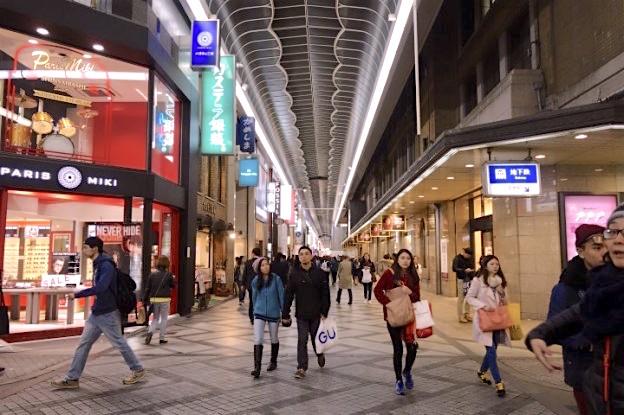 Shinsaibashi est une rue ou se trouve de nombreux magasins de vêtements à Osaka au Japon. Photo blog voyage tour du monde https://yoytourdumonde.fr