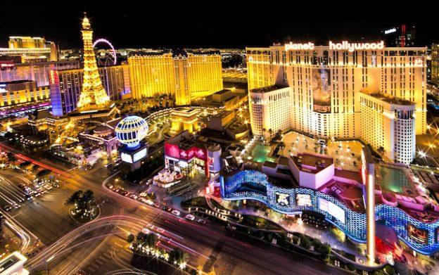 Vue de nuit sur les plus beaux hotels de Las Vegas sur le strip nevada photo blog voyage tour du monde https://yoytourdumonde.fr
