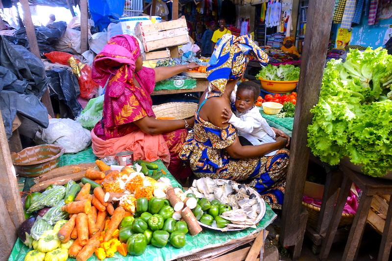 Il faut visiter le marché de Saint-Maur de Ziguinchor en Casamance au Sénégal photo blog voyage tour du monde https://yoytourdumonde.fr