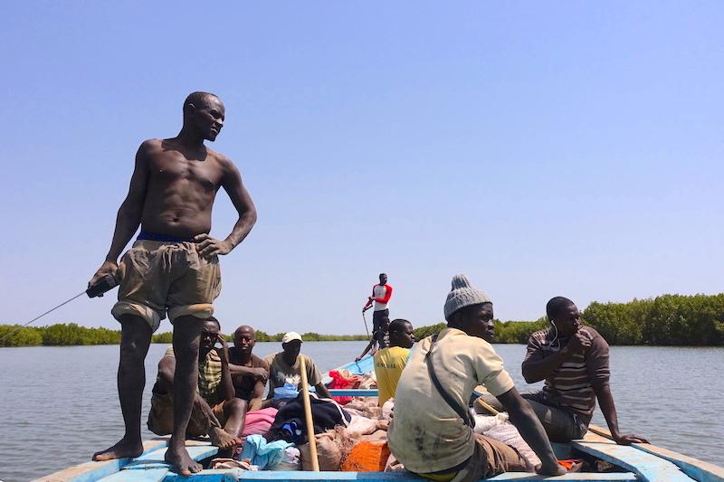 C'est en pirogue que vous pouvez découvrir Eloubaline petite ile de Casamance au Sénégal photo blog voyage tour du monde pirogue bateau https://yoytourdumonde.fr