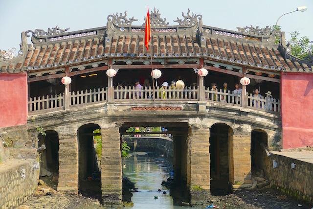 Seul un autre pont aussi vieux subsiste au Vietnam photo blog voyage tour du monde http://yoytourdumonde.fr
