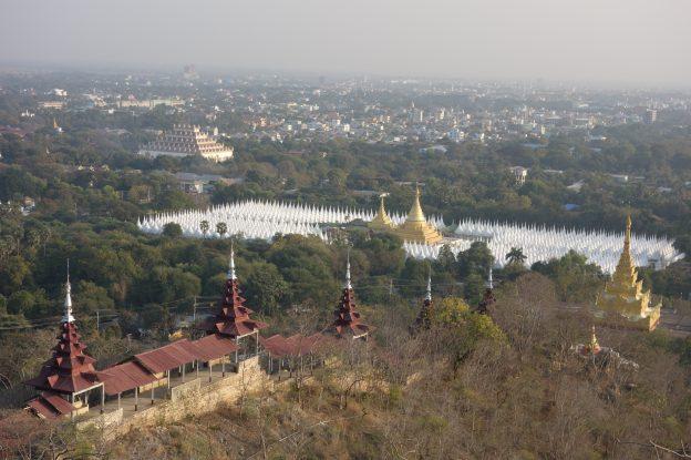 Vue au couché du soleil sur la Colline de Mandalay celle ou Bouddha est venu monter photo blog voyage tour du monde https://yoytourdumonde.fr